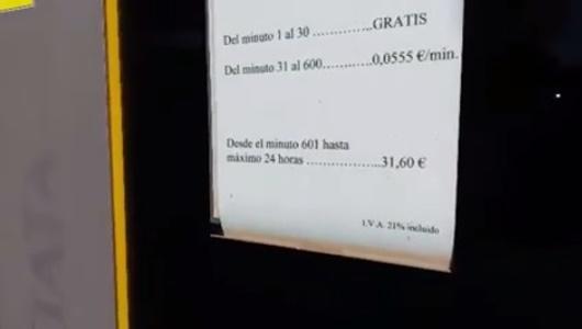 El vídeo denuncia el elevado coste por aparcar el coche en un parking del hospital / RAM SE JO