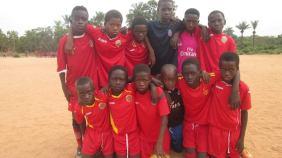 Jóvenes en Guinea Bissau con el material deportivo donado desde el club / AD ORCASITAS